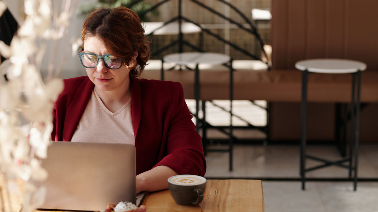 Woman working on laptop in coffeeshop